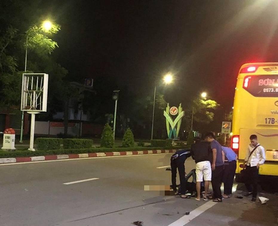 Kinh hoàng clip ô tô khách phanh cháy đường sau khi tông xe máy, 2 nữ sinh văng xa 30m đã thương vong-2