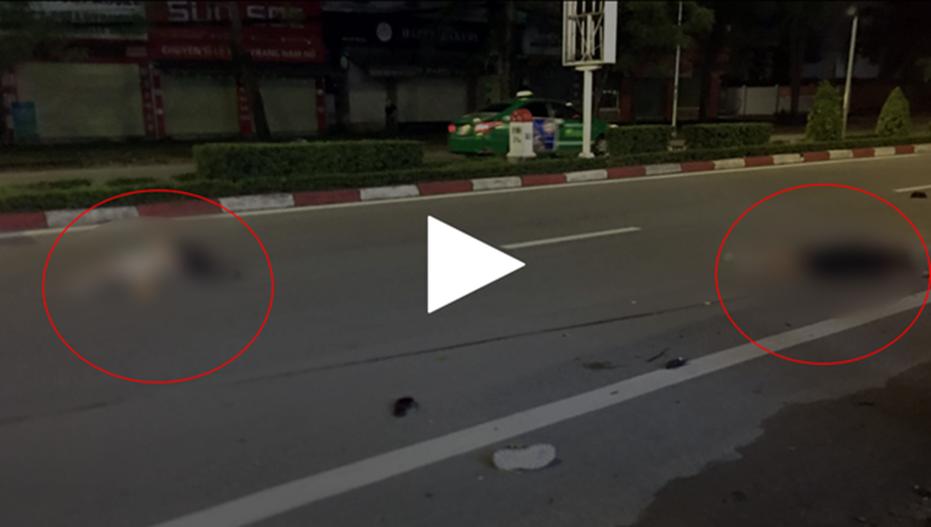 Kinh hoàng clip ô tô khách phanh cháy đường sau khi tông xe máy, 2 nữ sinh văng xa 30m đã thương vong-1