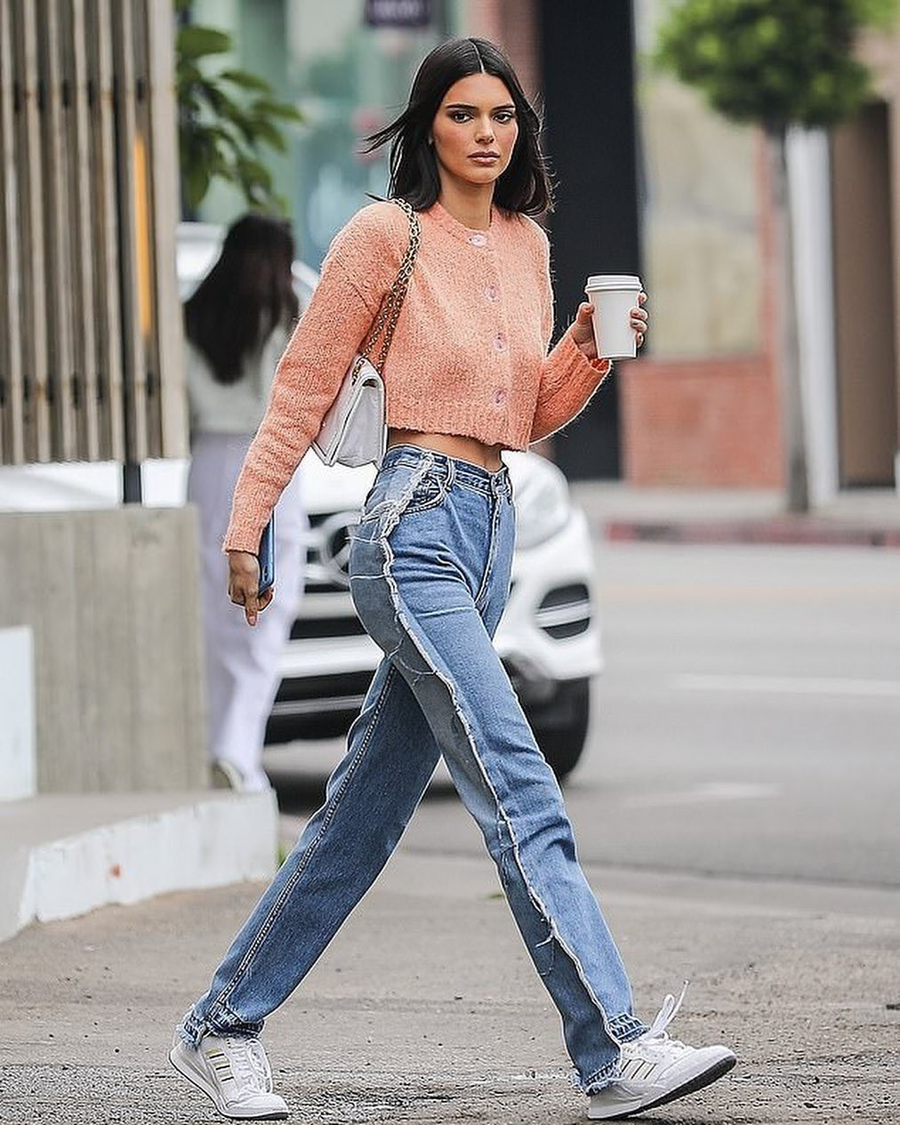 Khoe quần jeans trước sau như một, tưởng không ai dám mặc hóa ra Ngọc Trinh lại đụng hàng với cô em chân siêu dài nhà Kim-5