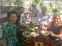 Gia đình Kim Lý sang tận Việt Nam mừng 20/10 cùng bố mẹ Hà Hồ