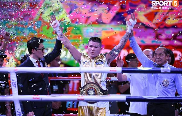Xúc động khoảnh khắc Trương Đình Hoàng chính thức đeo lên người chiếc đai lịch sử, làm rạng danh boxing Việt tới toàn thế giới-2