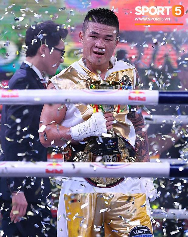 Xúc động khoảnh khắc Trương Đình Hoàng chính thức đeo lên người chiếc đai lịch sử, làm rạng danh boxing Việt tới toàn thế giới-3
