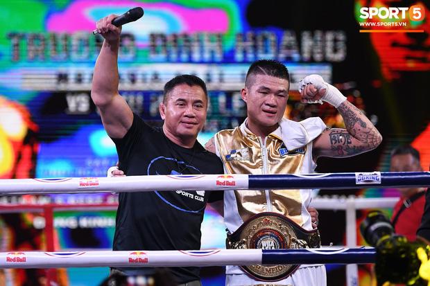 Xúc động khoảnh khắc Trương Đình Hoàng chính thức đeo lên người chiếc đai lịch sử, làm rạng danh boxing Việt tới toàn thế giới-1