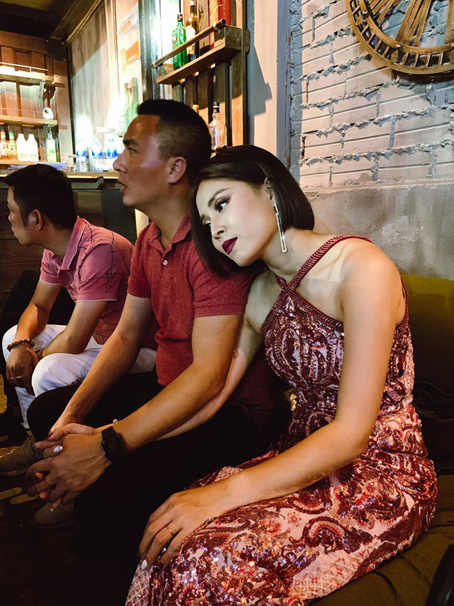 MC Hoàng Linh nhắc nhẹ kỷ niệm 2 năm trước được chồng gọi ra ngoài tặng hoa giữa đêm khuya, dân tình dự đoán quà năm nay chắc phải khủng lắm-5