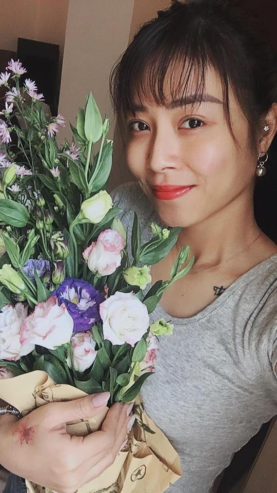 MC Hoàng Linh nhắc nhẹ kỷ niệm 2 năm trước được chồng gọi ra ngoài tặng hoa giữa đêm khuya, dân tình dự đoán quà năm nay chắc phải khủng lắm-3