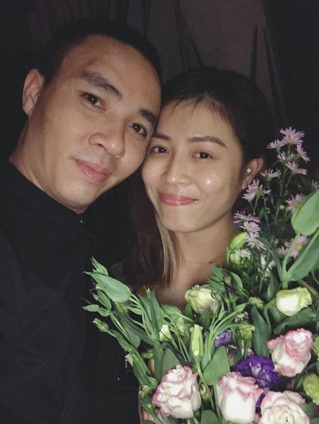 MC Hoàng Linh nhắc nhẹ kỷ niệm 2 năm trước được chồng gọi ra ngoài tặng hoa giữa đêm khuya, dân tình dự đoán quà năm nay chắc phải khủng lắm-4