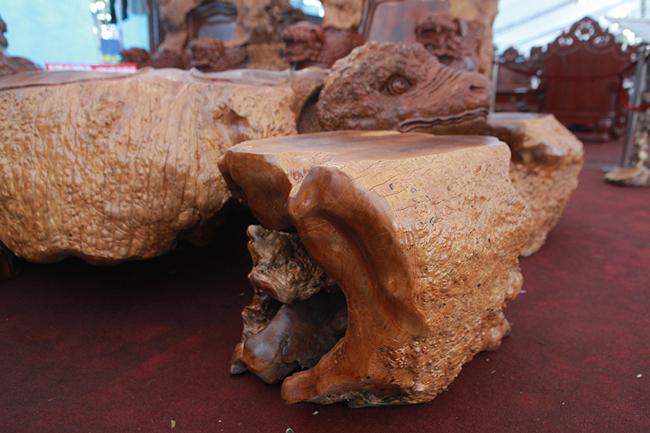 Làm từ sẹo cây nghìn năm tuổi, bộ bàn ghế có giá hơn 5 tỷ-13