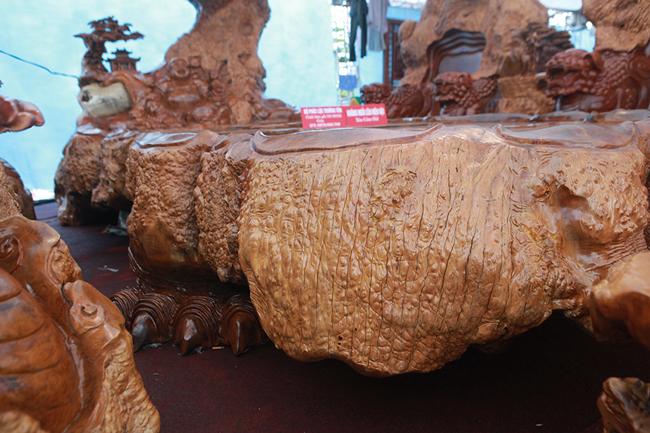 Làm từ sẹo cây nghìn năm tuổi, bộ bàn ghế có giá hơn 5 tỷ-3