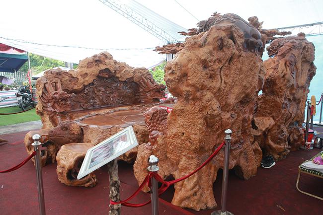 Làm từ sẹo cây nghìn năm tuổi, bộ bàn ghế có giá hơn 5 tỷ-4
