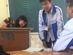 Choáng trước cảnh học sinh Hậu Giang ngồi giữa sân trường làm bài thi, có muốn quay cóp cũng khó mà được-2