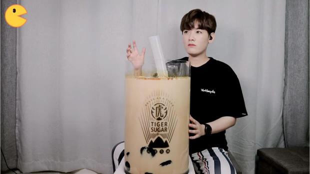 Đối thủ của bà Tân Vlog đã xuất hiện: Youtuber người Hàn tự tay làm những món ăn siêu to khổng lồ khiến dân tình choáng váng-1