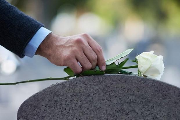 Bán thận cho con gái ăn học, cha chết lặng khi nhận món quà của con vào ngày tốt nghiệp-3