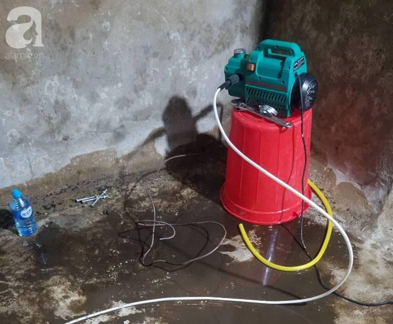 Bể nước chung cư Golden Land Hà Nội đầy dầu đen, bốc mùi khó chịu trong quá trình thau rửa sau sự cố nước bị nhiễm bẩn-10