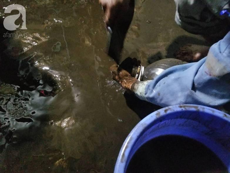 Bể nước chung cư Golden Land Hà Nội đầy dầu đen, bốc mùi khó chịu trong quá trình thau rửa sau sự cố nước bị nhiễm bẩn-11