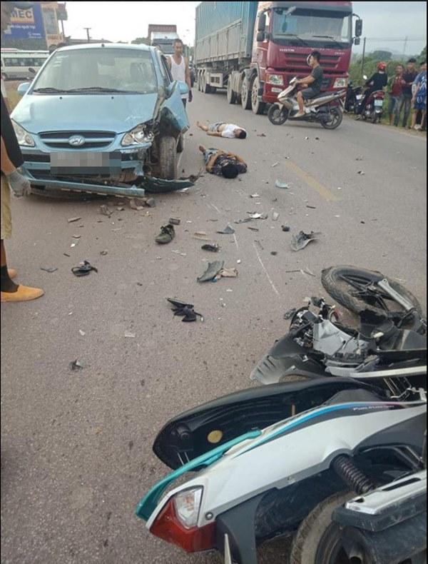 CLIP: Xe máy đâm nát một bên ô tô, người dân khiêng 2 thanh niên lên taxi đi cấp cứu-1