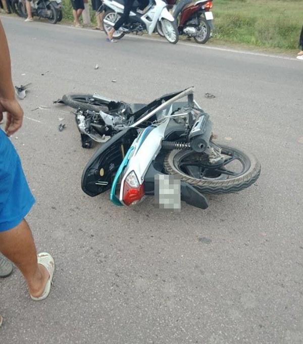 CLIP: Xe máy đâm nát một bên ô tô, người dân khiêng 2 thanh niên lên taxi đi cấp cứu-2