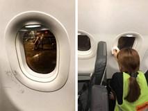 """Hình ảnh nét vẽ nguệch ngoạc, cào xước cửa kính máy bay khiến dân mạng rần rần chỉ trích về ý thức hành khách """"quái đản"""" này"""