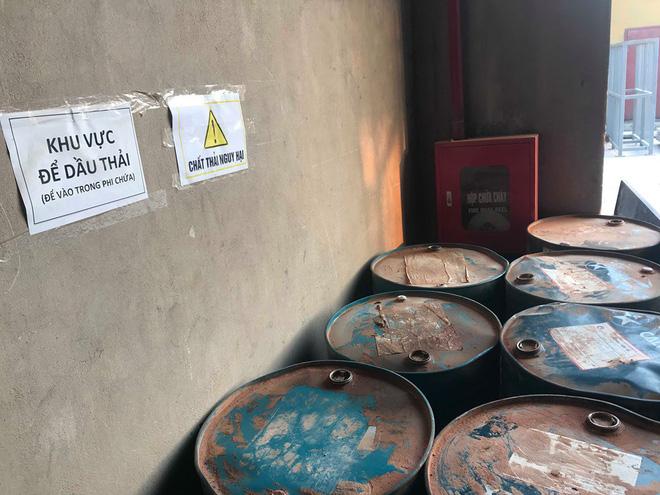 Cận cảnh nơi lưu giữ dầu thải bị tuồn ra đầu độc nước sông Đà của Công ty gốm sứ Thanh Hà-7