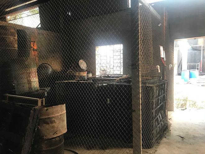 Cận cảnh nơi lưu giữ dầu thải bị tuồn ra đầu độc nước sông Đà của Công ty gốm sứ Thanh Hà-11