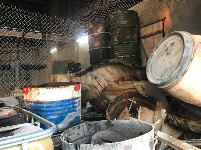 Cận cảnh nơi lưu giữ dầu thải bị tuồn ra đầu độc nước sông Đà của Công ty gốm sứ Thanh Hà-13