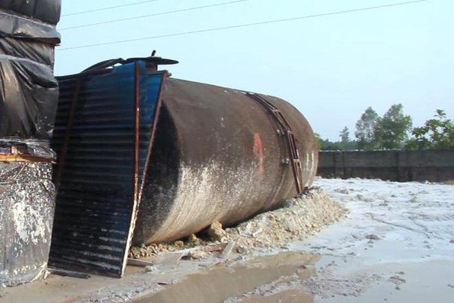 Cận cảnh nơi lưu giữ dầu thải bị tuồn ra đầu độc nước sông Đà của Công ty gốm sứ Thanh Hà-16