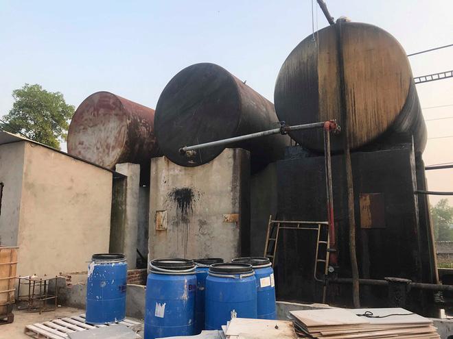 Cận cảnh nơi lưu giữ dầu thải bị tuồn ra đầu độc nước sông Đà của Công ty gốm sứ Thanh Hà-17