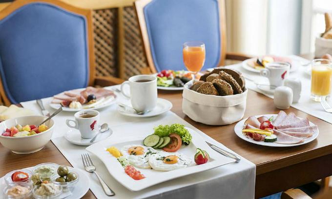 Lý do khách sạn thường phục vụ bữa sáng miễn phí-1