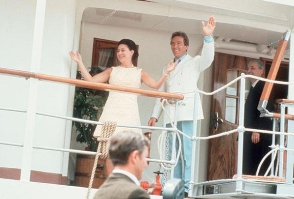 Lời nguyền trăng mật trên chiếc du thuyền sang trọng bậc nhất hoàng gia: 4 cặp đôi đều tan nát gia đình, trong đó có 3 người con của Nữ hoàng Anh-4
