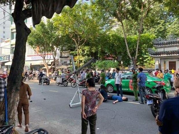 Đôi vợ chồng trẻ chạy xe máy trọng thương vì bị giàn treo di động từ tòa nhà cao tầng rơi trúng-1
