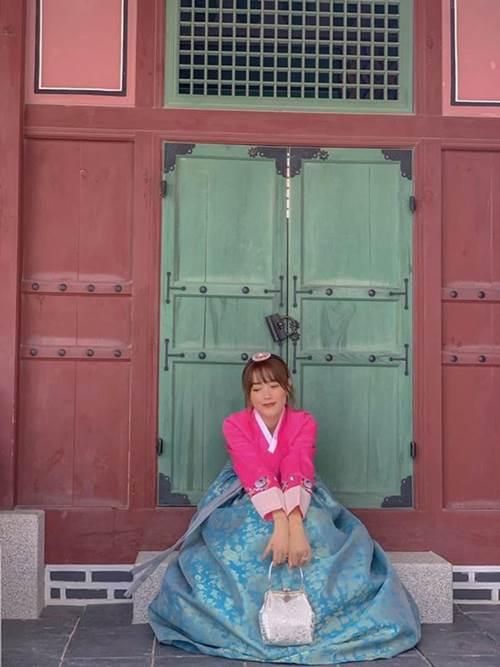 Sau Ngọc Trinh đến lượt Minh Hằng mê quần áo theo phong cách cẩm hường-2