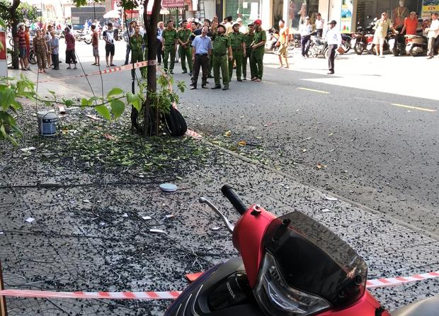 Đôi vợ chồng trẻ chạy xe máy trọng thương vì bị giàn treo di động từ tòa nhà cao tầng rơi trúng-3