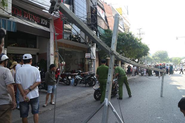 Đôi vợ chồng trẻ chạy xe máy trọng thương vì bị giàn treo di động từ tòa nhà cao tầng rơi trúng-6
