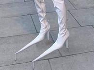 Chị em hết hồn nhìn đôi giày nhọn hoắt có 1-0-2, nhiều người sợ đi ra đường có ngày 'sấp mặt'