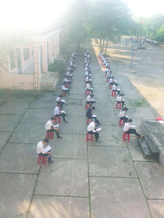 Choáng trước cảnh học sinh Hậu Giang ngồi giữa sân trường làm bài thi, có muốn quay cóp cũng khó mà được-1