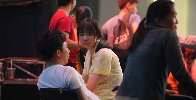 Xúc động cảnh Trấn Thành lặng lẽ đợi Hari Won ghi hình vài tiếng để được gặp ít phút-2