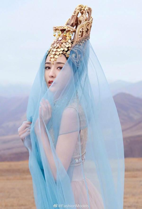 'Mỹ nhân Tân Cương' Đồng Lệ Á như tiên nữ hạ phàm khoe vũ điệu trên núi-1