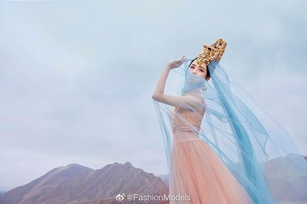 'Mỹ nhân Tân Cương' Đồng Lệ Á như tiên nữ hạ phàm khoe vũ điệu trên núi-2