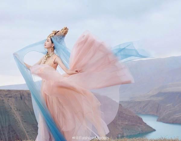 'Mỹ nhân Tân Cương' Đồng Lệ Á như tiên nữ hạ phàm khoe vũ điệu trên núi-3