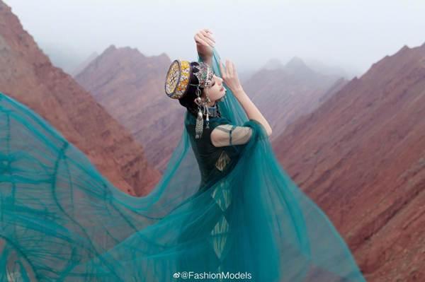 'Mỹ nhân Tân Cương' Đồng Lệ Á như tiên nữ hạ phàm khoe vũ điệu trên núi-4