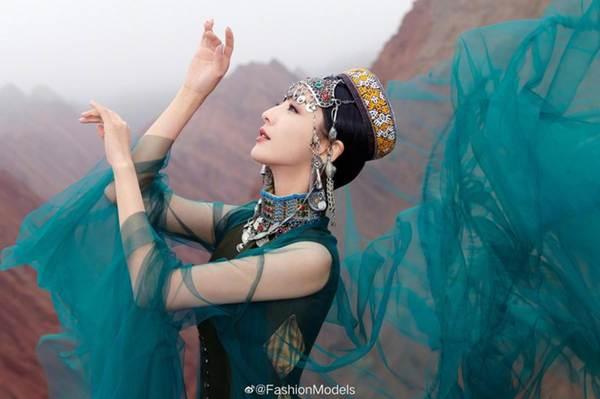 'Mỹ nhân Tân Cương' Đồng Lệ Á như tiên nữ hạ phàm khoe vũ điệu trên núi-5