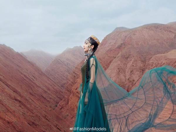'Mỹ nhân Tân Cương' Đồng Lệ Á như tiên nữ hạ phàm khoe vũ điệu trên núi-6