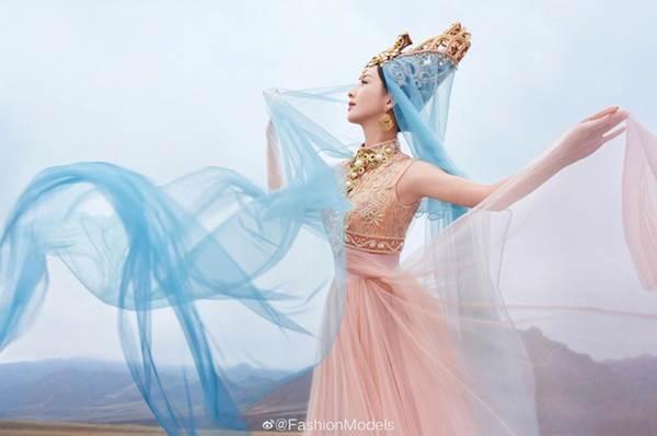 'Mỹ nhân Tân Cương' Đồng Lệ Á như tiên nữ hạ phàm khoe vũ điệu trên núi-7