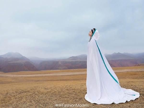 'Mỹ nhân Tân Cương' Đồng Lệ Á như tiên nữ hạ phàm khoe vũ điệu trên núi-8