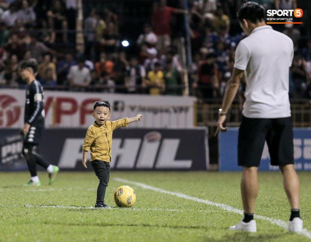 Khoảnh khắc vui đùa hạnh phúc của nhà vô địch V.League cùng con trai, niềm vui nhân đôi khi ẵm trọn 2 danh hiệu cao quý nhất-1