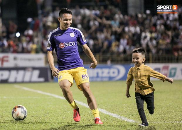 Khoảnh khắc vui đùa hạnh phúc của nhà vô địch V.League cùng con trai, niềm vui nhân đôi khi ẵm trọn 2 danh hiệu cao quý nhất-3