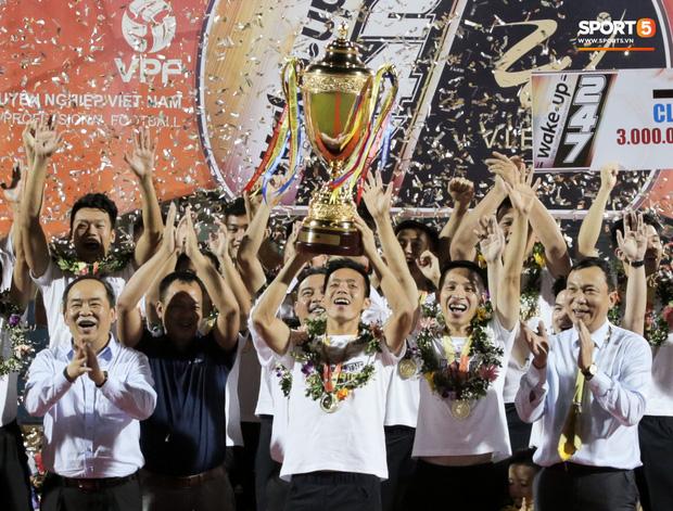 Khoảnh khắc vui đùa hạnh phúc của nhà vô địch V.League cùng con trai, niềm vui nhân đôi khi ẵm trọn 2 danh hiệu cao quý nhất-10