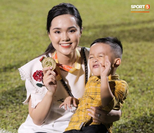 Khoảnh khắc vui đùa hạnh phúc của nhà vô địch V.League cùng con trai, niềm vui nhân đôi khi ẵm trọn 2 danh hiệu cao quý nhất-12