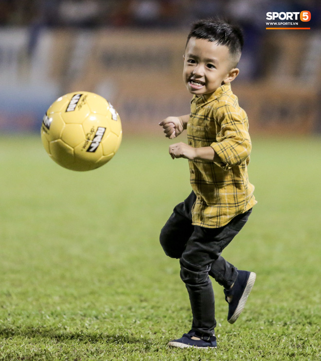 Khoảnh khắc vui đùa hạnh phúc của nhà vô địch V.League cùng con trai, niềm vui nhân đôi khi ẵm trọn 2 danh hiệu cao quý nhất-4