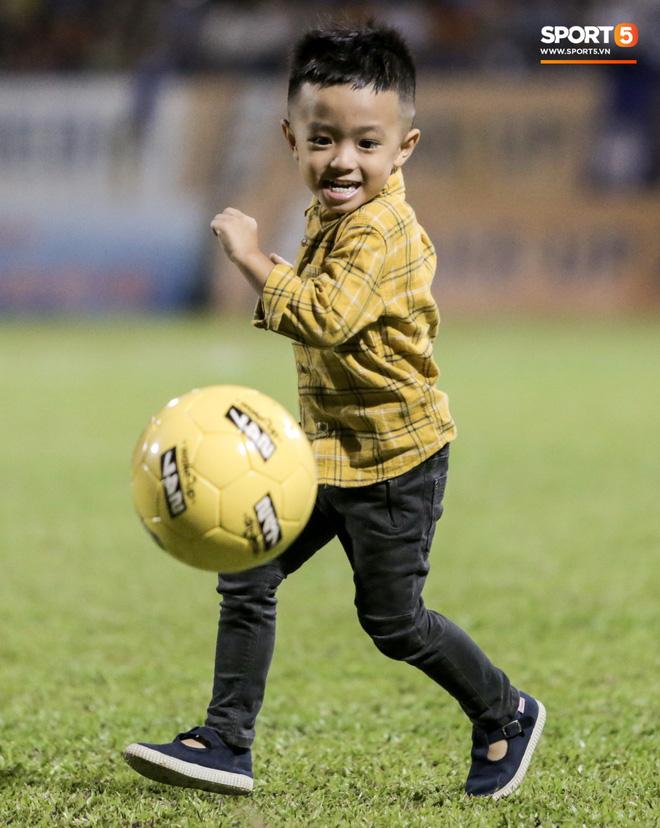 Khoảnh khắc vui đùa hạnh phúc của nhà vô địch V.League cùng con trai, niềm vui nhân đôi khi ẵm trọn 2 danh hiệu cao quý nhất-5
