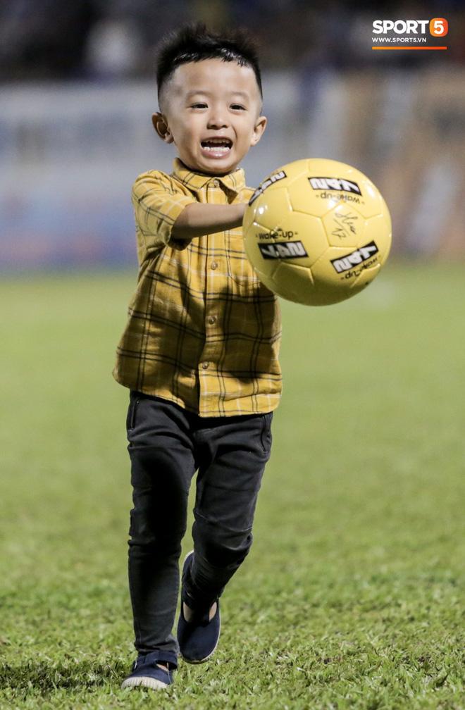 Khoảnh khắc vui đùa hạnh phúc của nhà vô địch V.League cùng con trai, niềm vui nhân đôi khi ẵm trọn 2 danh hiệu cao quý nhất-6